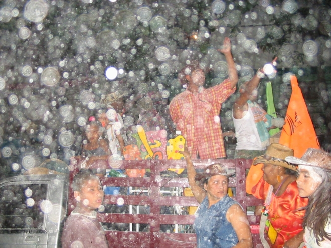 Snow in tropical climes? Nay – it's cornstarch a-flurrying in Santa Marta (Colombia)! photo © Lorraine Caputo